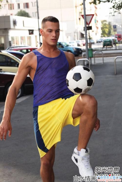 足球运动员曝光自己时尚内裤