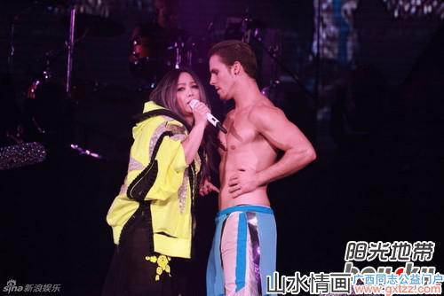 张惠妹与猛男贴身热舞 高举彩虹旗撑同志