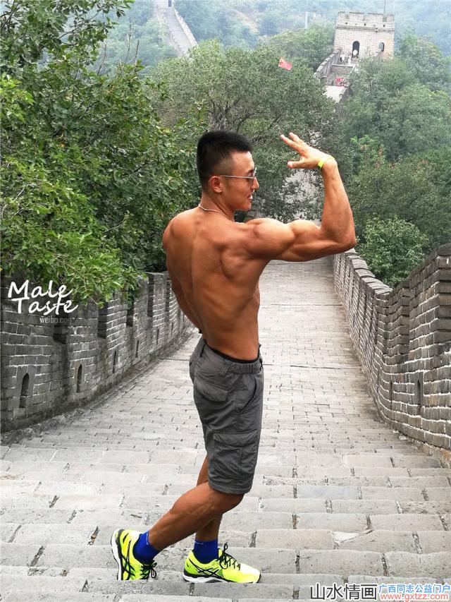 实拍长城上健身帅哥秀肌肉,大胸肌麒麟臂搭配公狗腰引游客拍照!