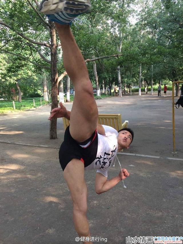 体院帅哥在微博晒出肌肉照,网友:地上的卫生纸说明啪啪啪了吗?