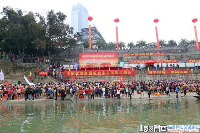 广西各大学帅哥学生组团参与2017年元旦南宁冬泳活动