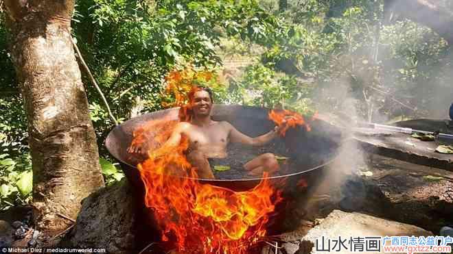 我勒个去!菲律宾的男人是这样洗澡的...