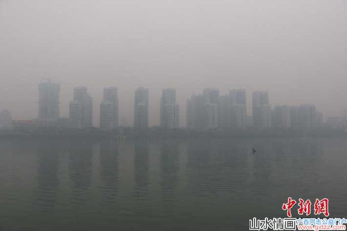 广西各市遭遇中度雾霾袭击 民众戴口罩出行