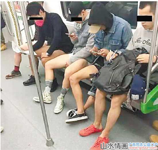 南宁地铁10个男生当众脱裤 大伯大妈一脸懵