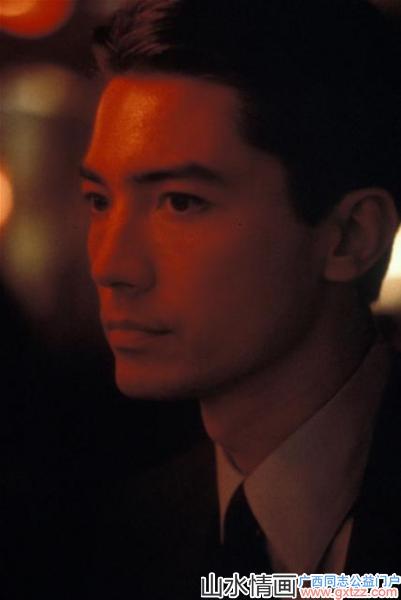 他是最美华人面孔,奥斯卡第一位华裔颁奖人——传奇影星尊龙
