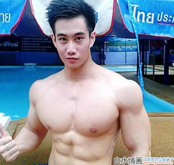 泰国警察界一名肌肉型阳光帅哥走红,帅气照片传遍泰国网络