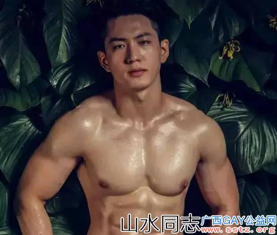 """越南网红健身教练兼模特,被称为越南""""肌肉最漂亮""""的男人"""