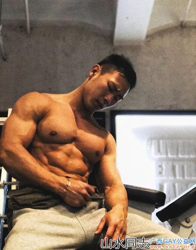 拥有腹肌马甲线的肌肉男,平时爱好就是秀身材!