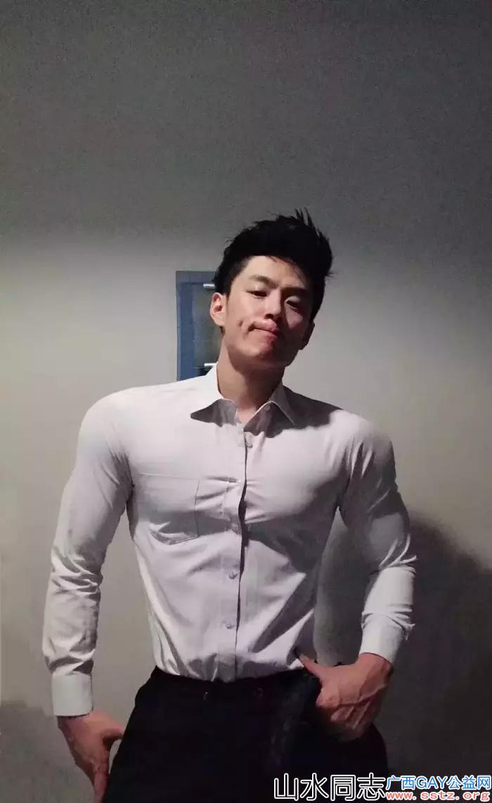 今日精选:白衬衫肌肉帅哥!还是网红惹~