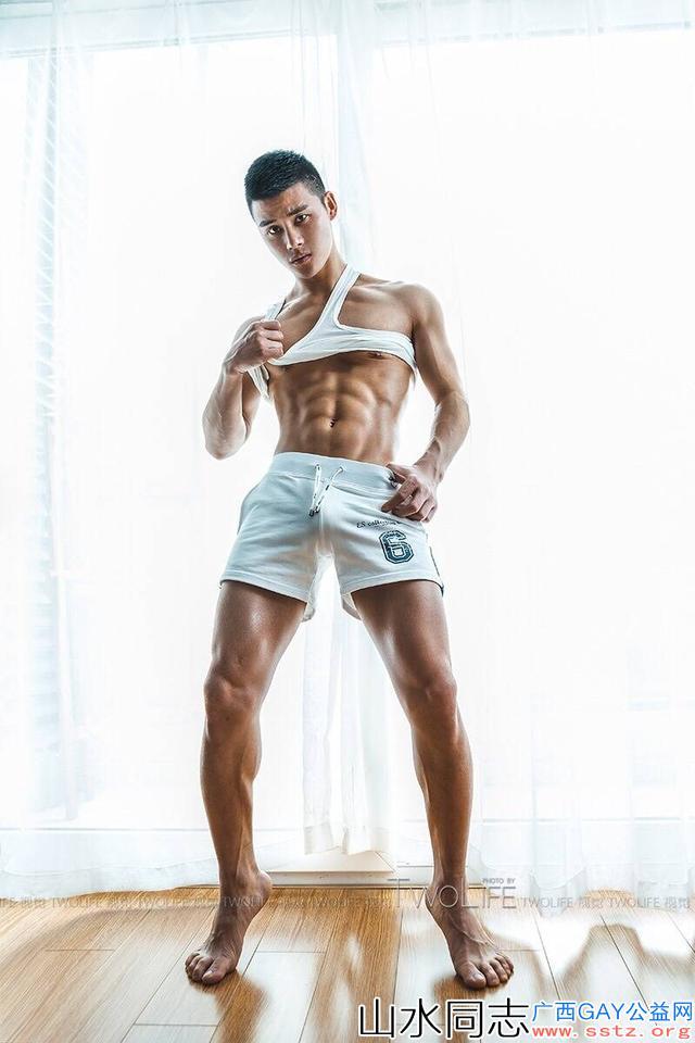 今日精选:白T恤白短裤腹肌帅哥型男,喝口水都好看惹