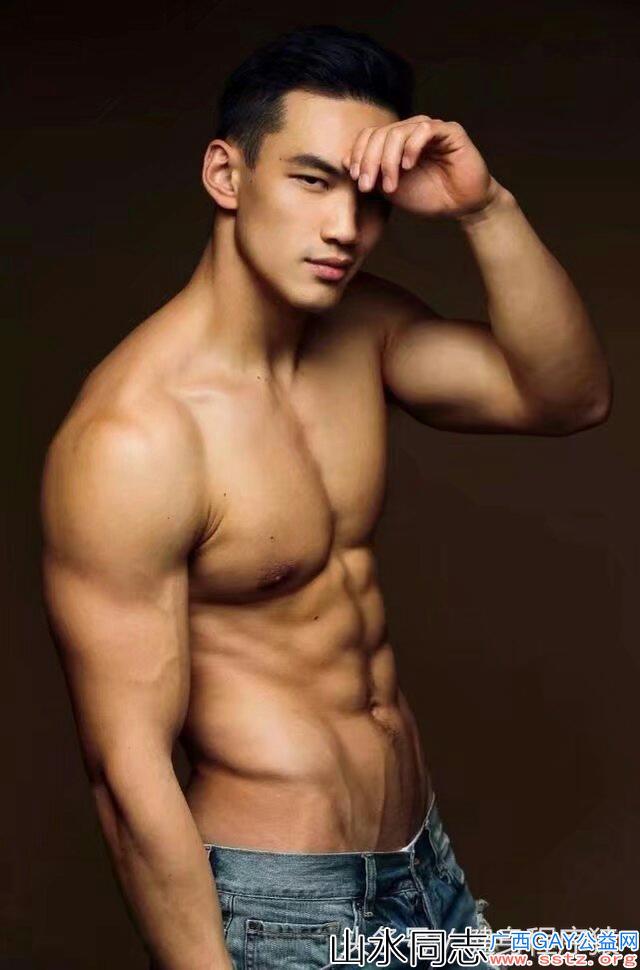台湾网红直男体育生秀肌肉,看着可以惹