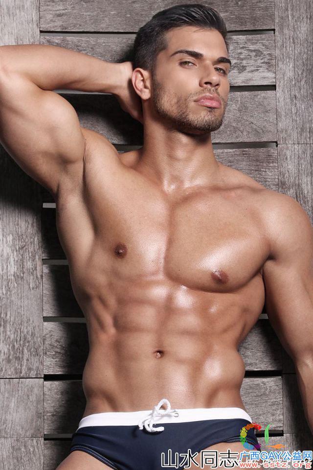 五官精致的肌肉男模总是让人浮想联翩