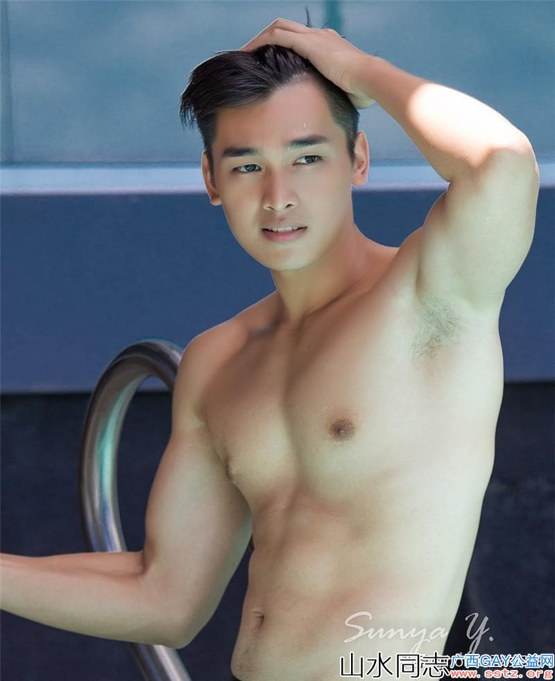 阳光俊朗的性感健壮半裸帅哥,展现迷人的魅力