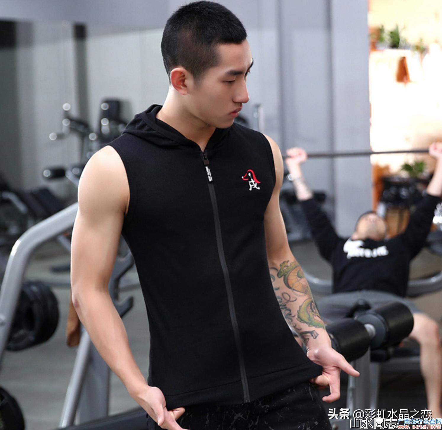 这位喜欢健身的男生显得可爱俏皮又帅气身材又有男人味,你喜欢吗?