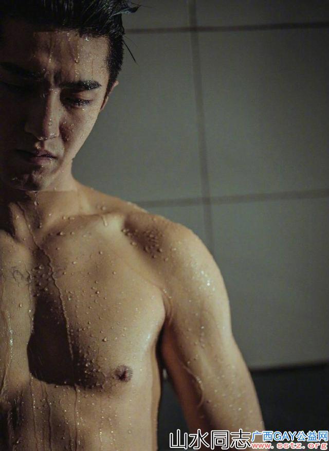 金瀚浴室戏秀完美身材,壮硕胸肌八块腹肌这太犯规了