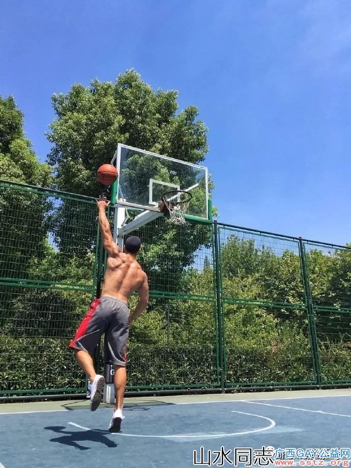 篮球场上超帅的体育生,肌肉分明,青春活力魅力无限