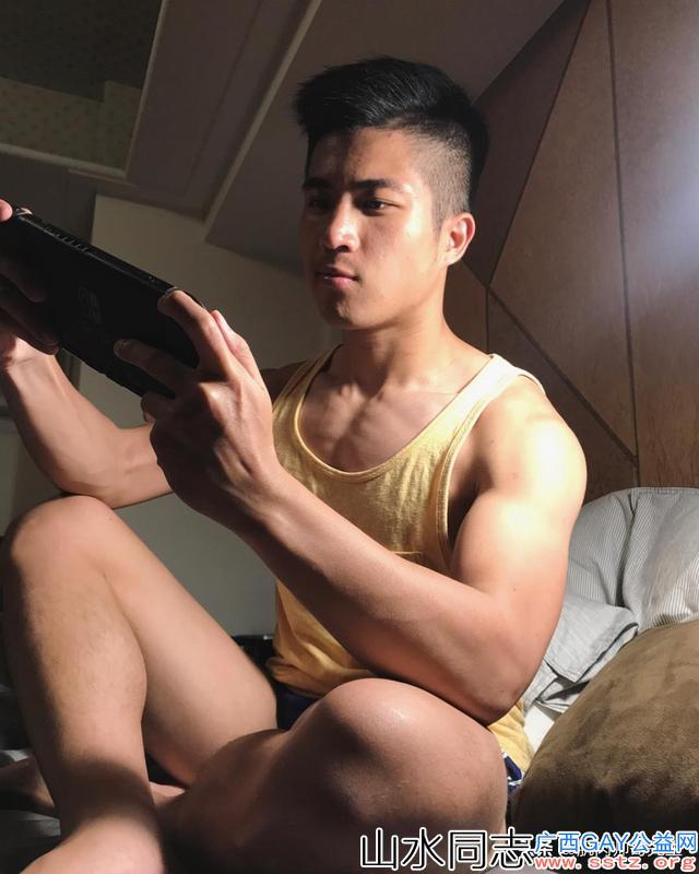 一枚来自宝岛的肌肉小哥 成熟里带着点可爱 他有没有撩到你