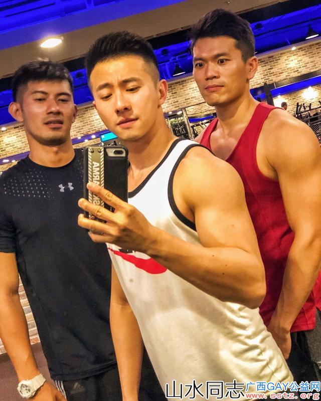 ins上颜值超赞的肌肉小帅哥,他身边的朋友也都是爱健身的帅哥哦