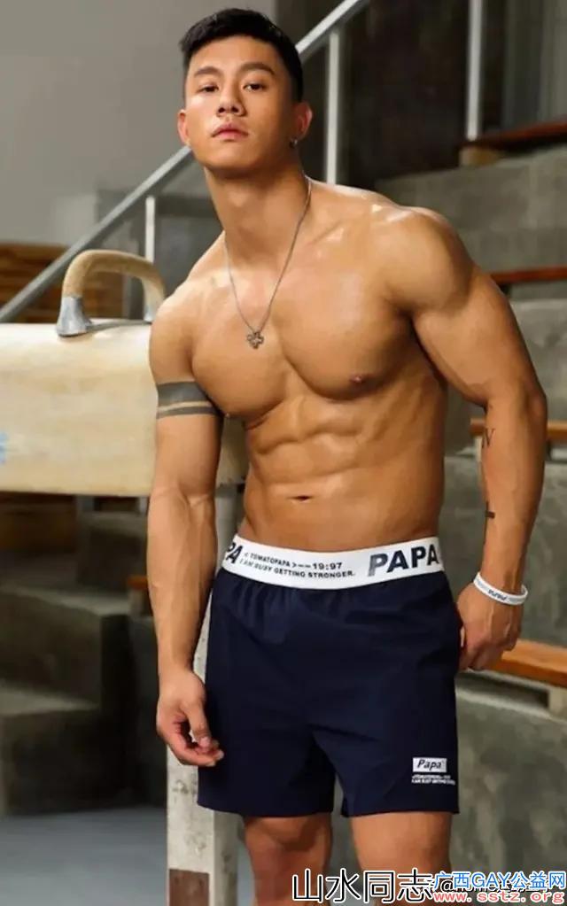 网红模特:酷帅肌肉男模不仅颜值在线,八块腹肌和人鱼线也好给力