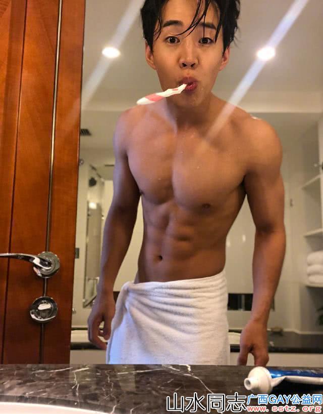 刘宪华晒照秀身材和肌肉太man了,网友让他赶紧穿好衣服