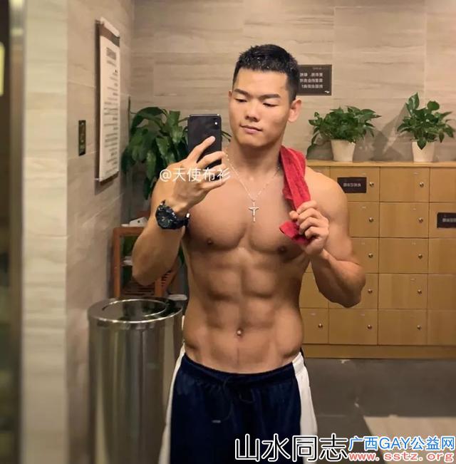 这位喜欢拍照的来自南宁肌肉帅哥,最近有点火