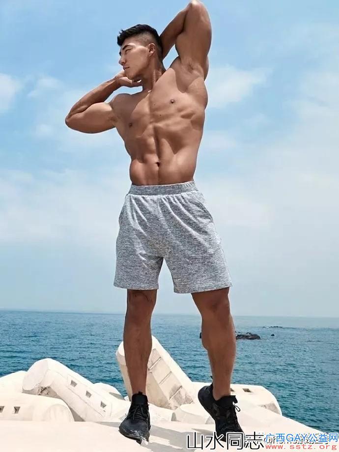 强壮男模海边炫耀完美身材,俊朗脸庞肌肉分明尽收眼底