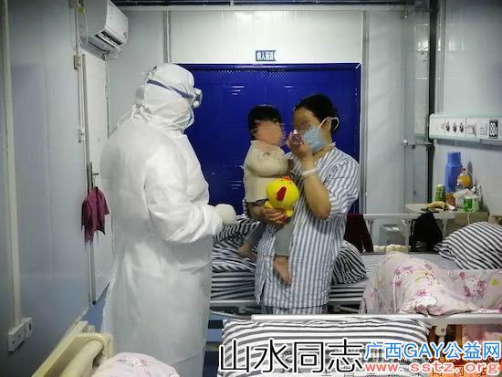 """病房里的白衣""""圣诞老人""""给孩子们送去礼物和温暖"""