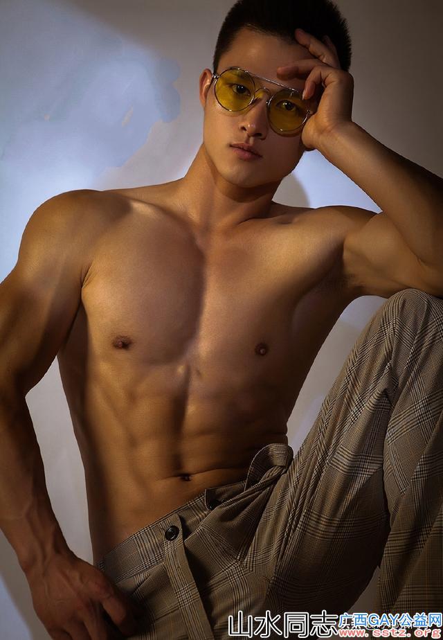 戴金丝边眼镜的英俊小哥哥,身材高大穿背带休闲裤更显气质非凡