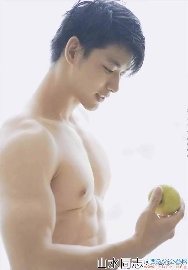 长相清秀笑容甜美的肌肉帅哥,手里拿着一只青苹果,正准备吃呢!