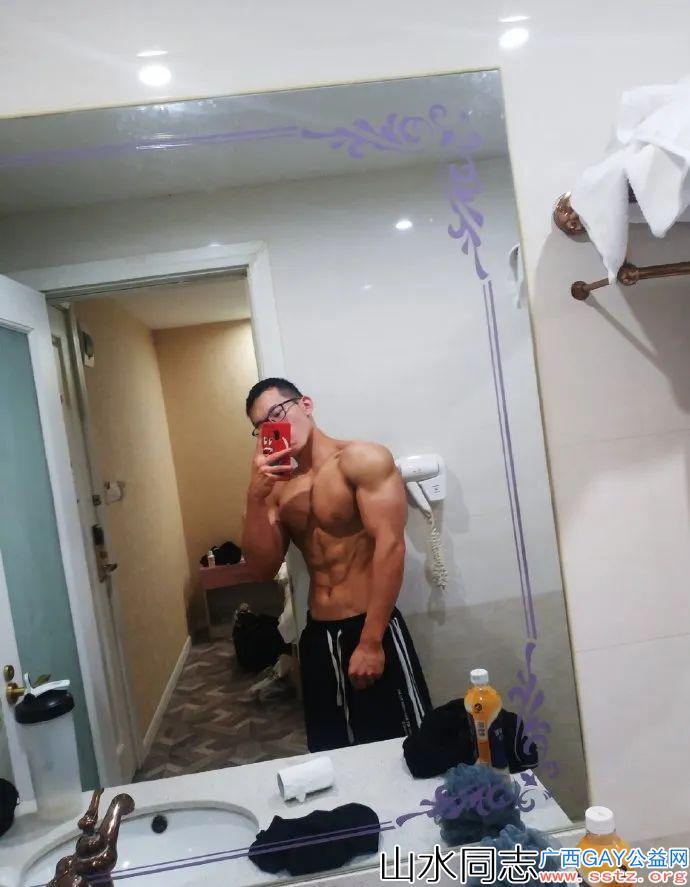 95后眼镜肌肉型男,这身子需要努力很久!
